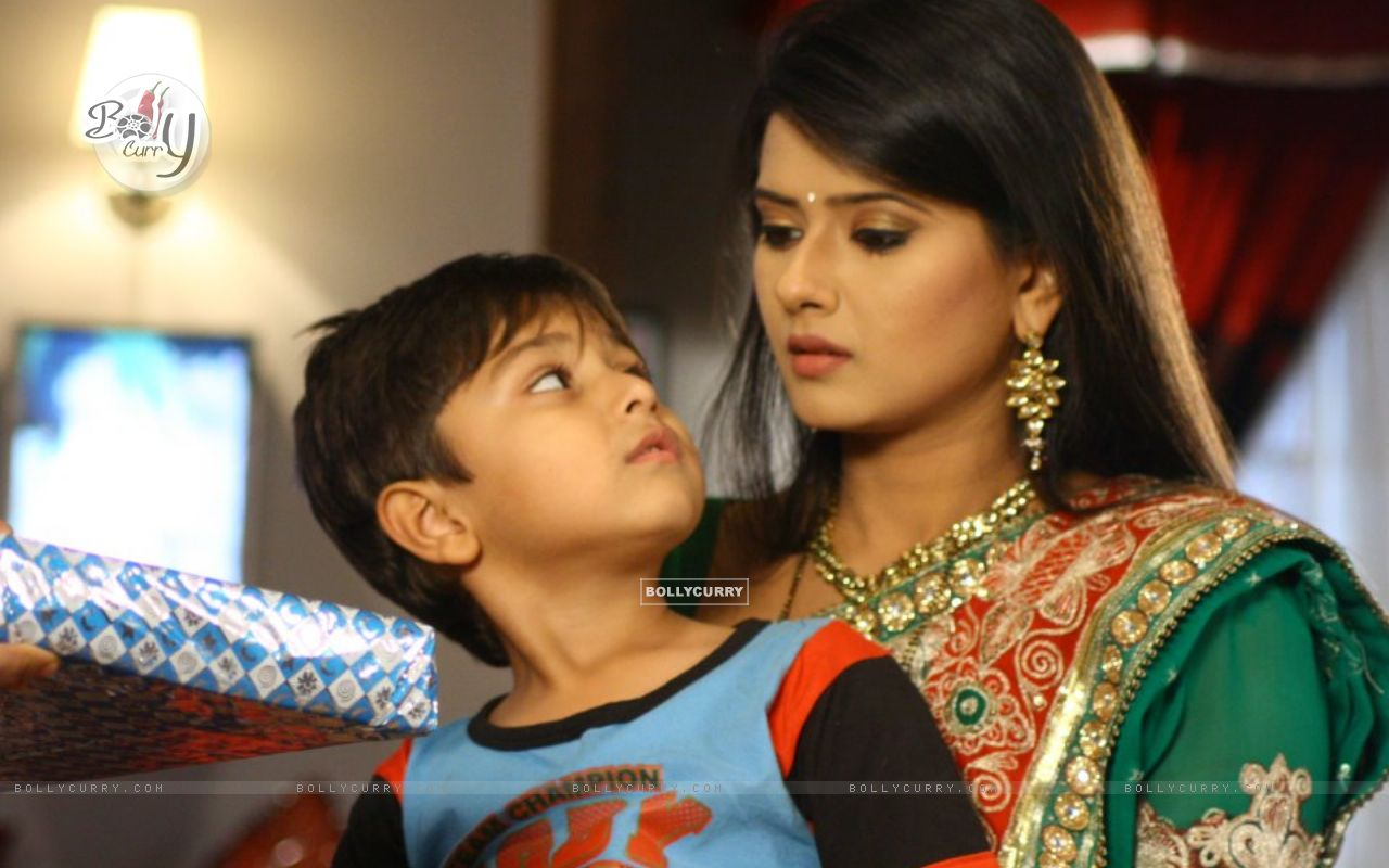 http://img.bollycurry.com/wallpapers/1280x800/197263-kratika-sengar-on-the-set-of-punar-vivah.jpg