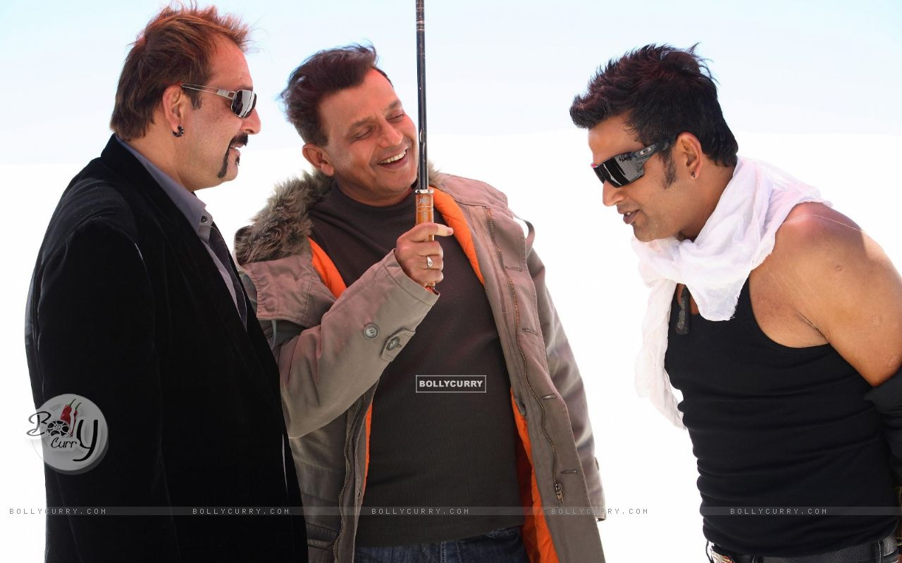 Mithun and Sanjay talking to Ravi (20295) size:1280x800