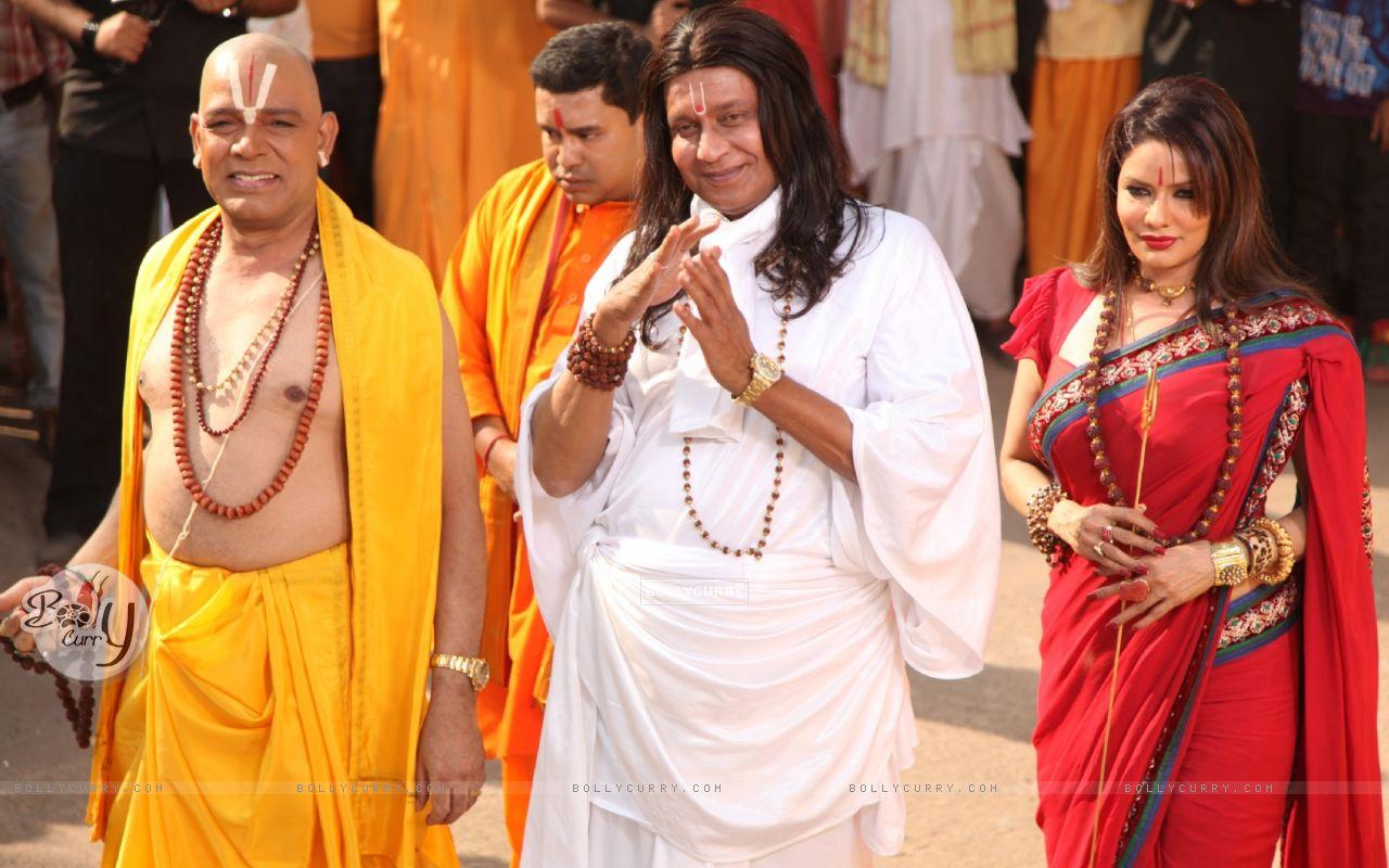 Mithun Chakraborty, Poonam Jhavar & Govind Namdeo playing the stereotypical godmen in OMG! Oh My God (223275) size:1280x800