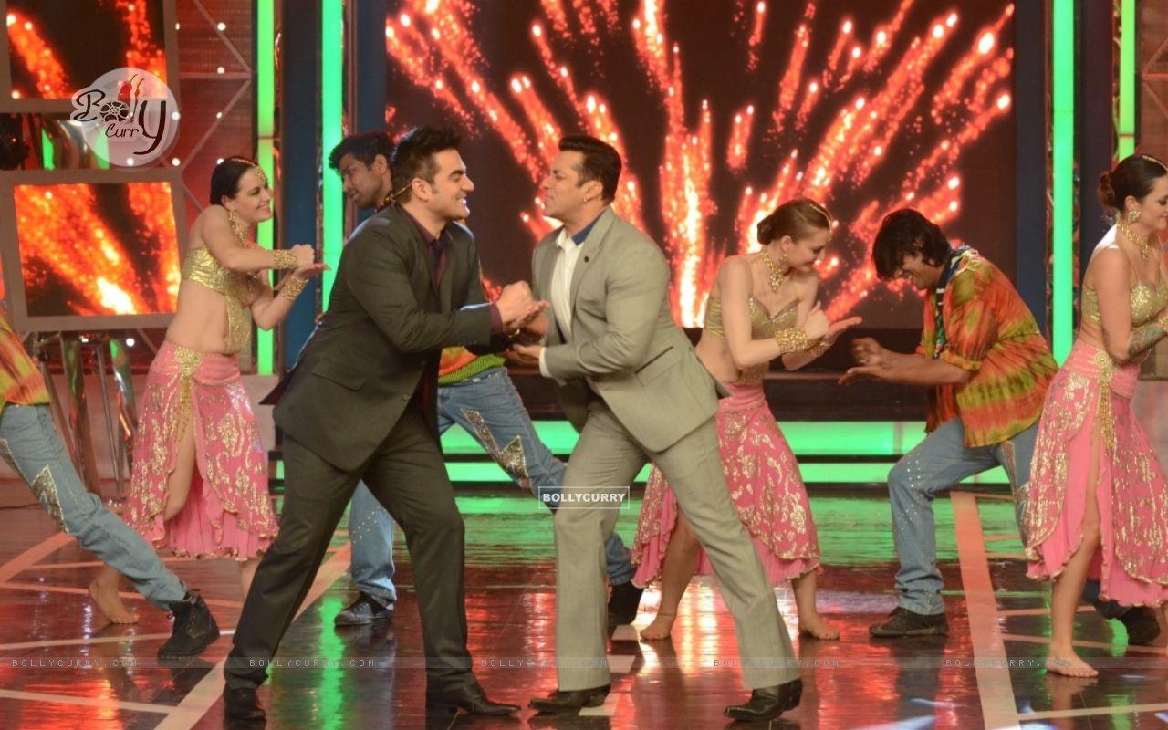 Salman Khan and Arbaaz Khan shake a leg in Bigg Boss 8 (348467) size:1280x800