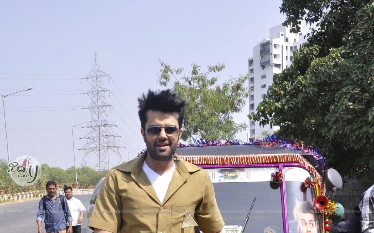 Manish Paul Turns Autorickshaw Driver for Mission Sapne (383212) size:1280x800