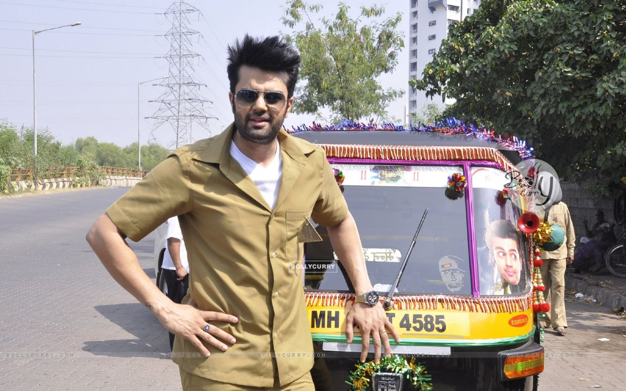Manish Paul Turns Autorickshaw Driver for Mission Sapne (383213) size:1280x800