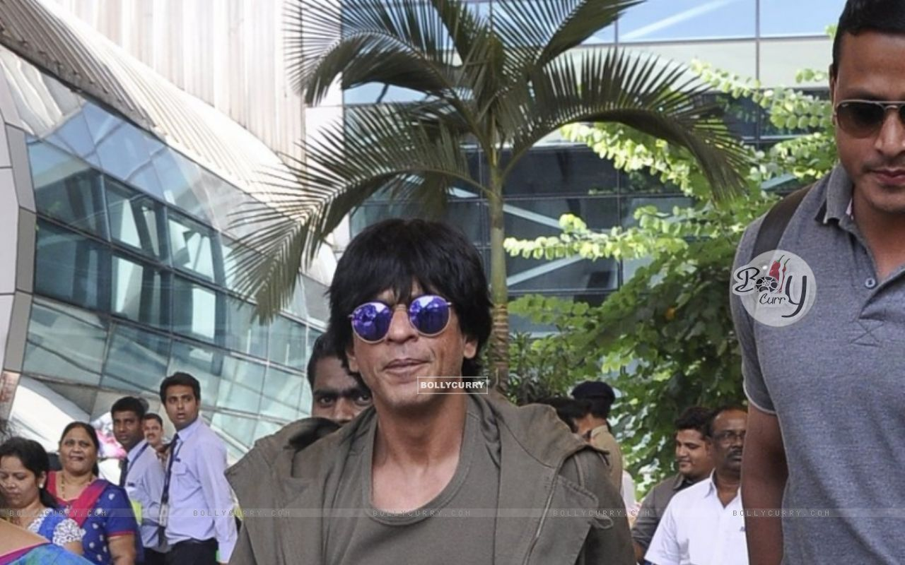 Shah Rukh Khan Snapped at Airport (384795) size:1280x800
