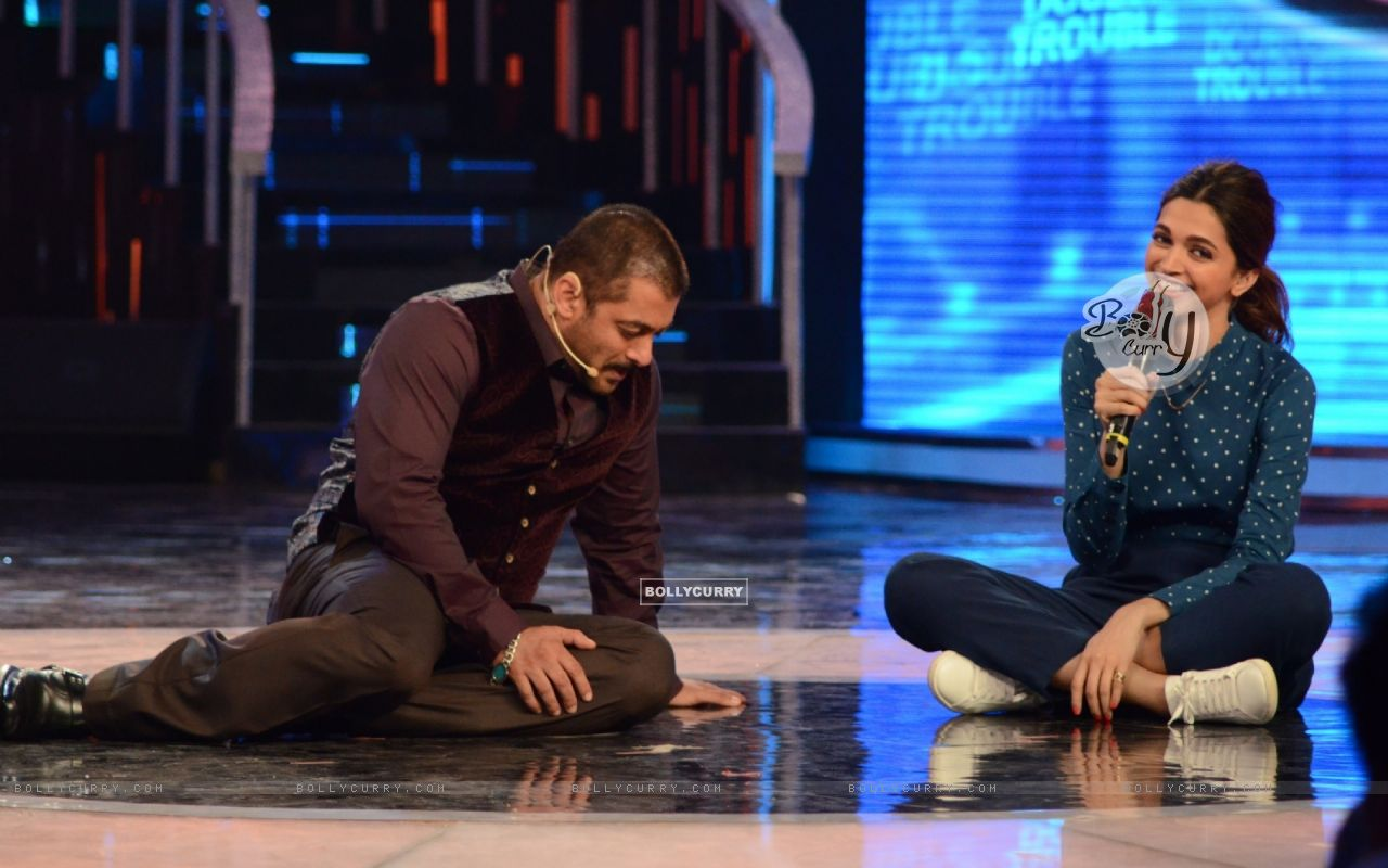 Salman Khan And Deepika Padukone on Stage of Bigg Boss 9- Double Trouble (385442) size:1280x800
