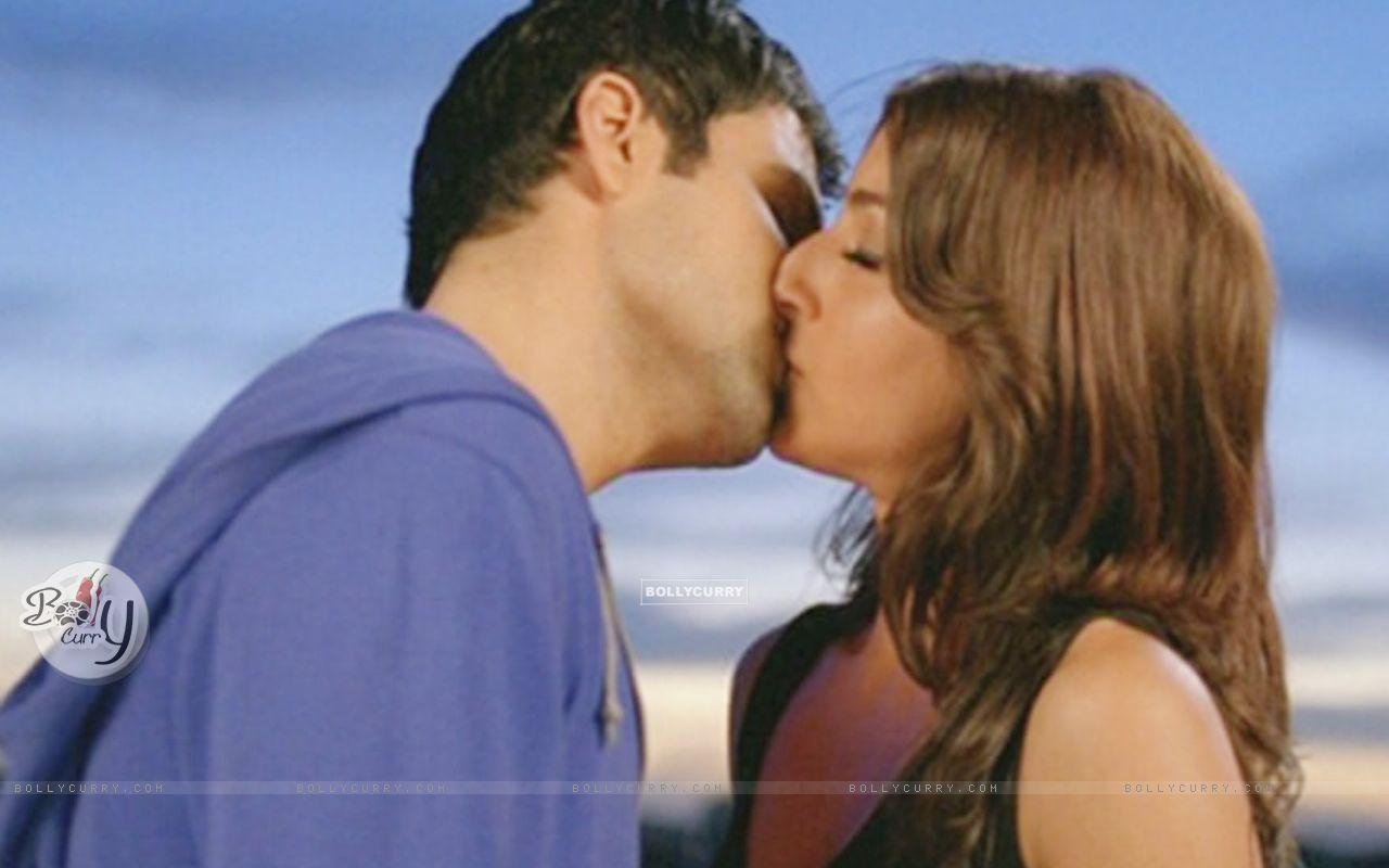 Emraan Hashmi and Soha Ali Khan kissing each other (38612) size:1280x800