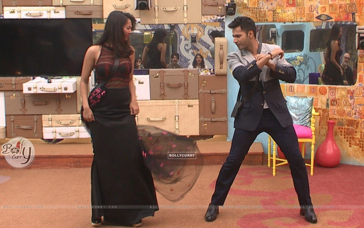 Varun Dhawan Shakes a Leg with Rochelle Rao in Bigg Boss 9 House durng Promotions of 'Dilwale' (386186) size:1280x800