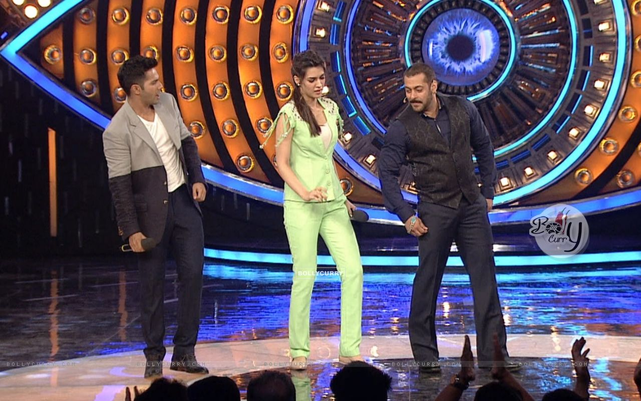 Varun Dhawan and Kriti Sanon on Bigg Boss 9 for Promotions of 'Dilwale' (386189) size:1280x800
