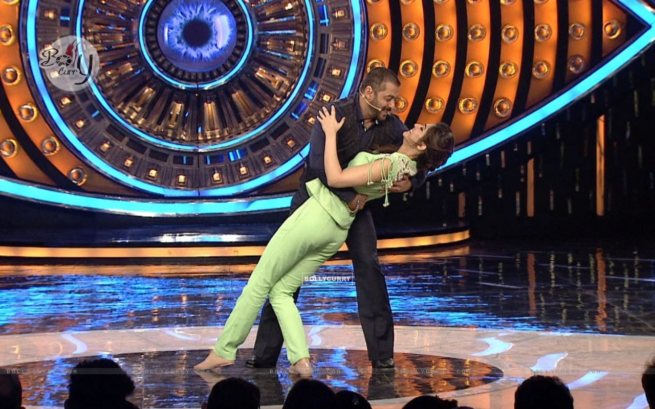 Kriti Sanon and Salman Khan Shakes a Leg on Bigg Boss 9 (386191) size:1280x800