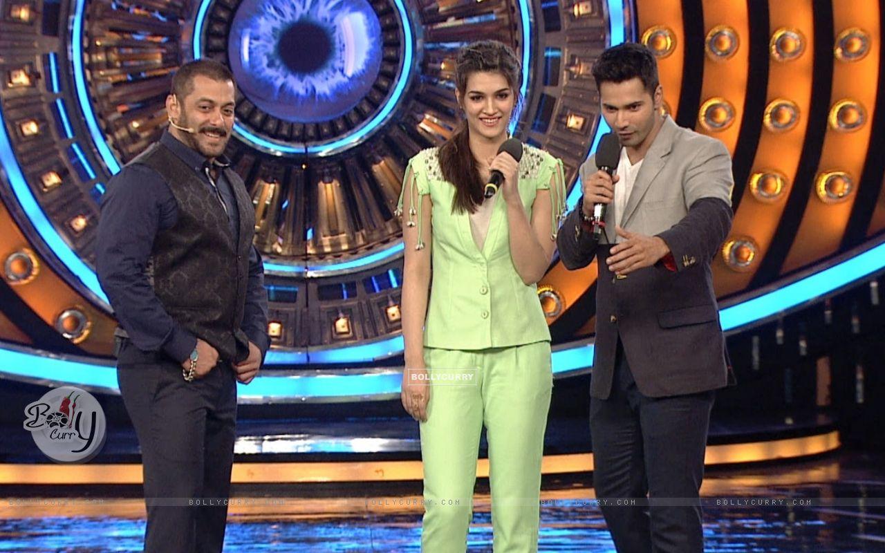 Varun Dhawna and Kriti Sanon Promotes 'Dilwale' on Bigg Boss 9 (386192) size:1280x800