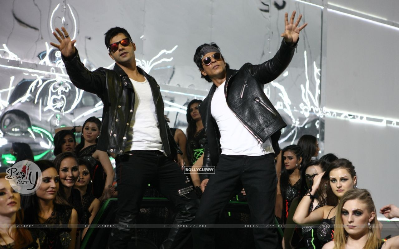 Varun Dhawan and Shah Rukh in Tukur Tukur Song of Dilwale (387996) size:1280x800