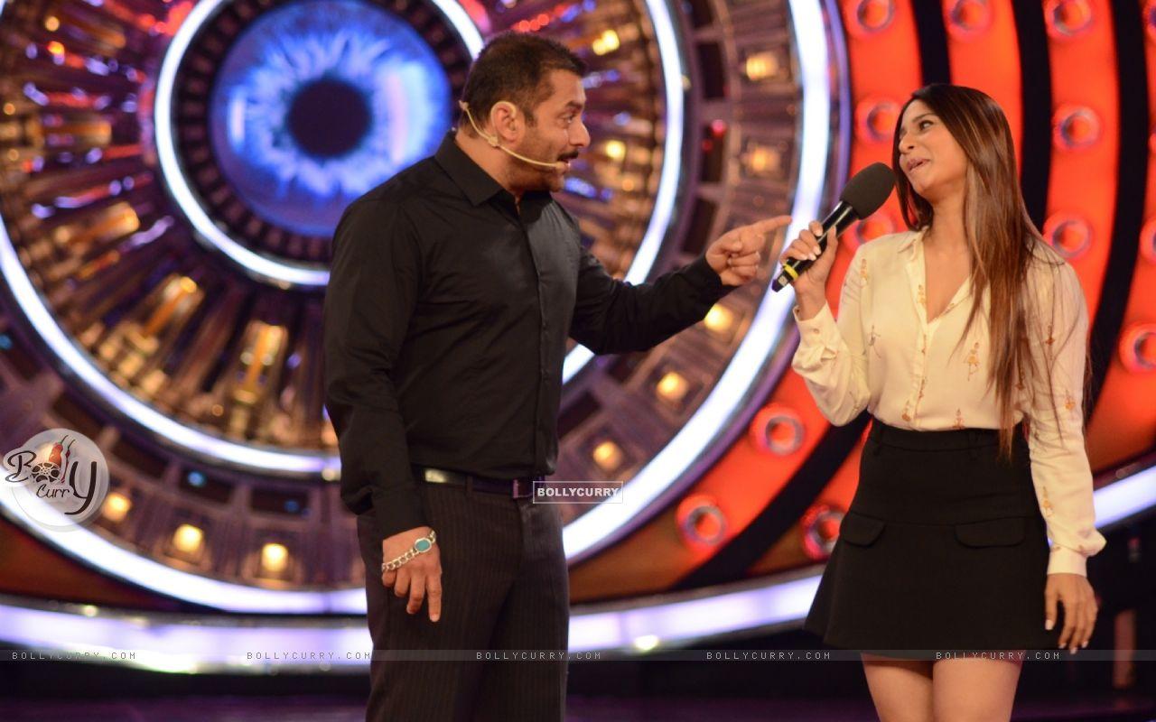 Bigg Boss 9: Salman Khan and Tanishaa Mukerji (390050) size:1280x800