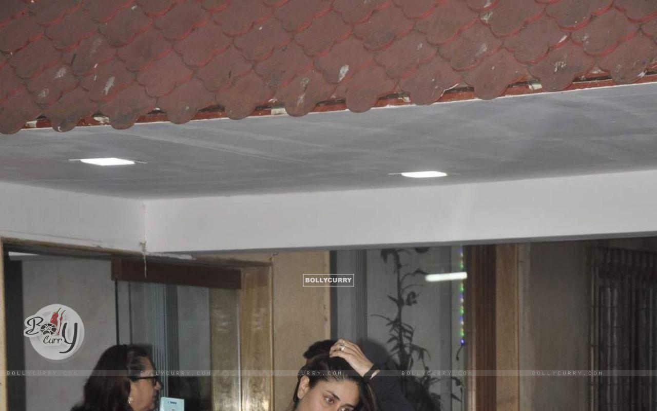 Kareena Kapoor Snapped at Bandra (391418) size:1280x800