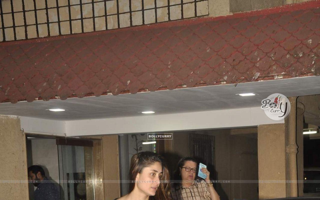 Kareena Kapoor Snapped at Bandra (391420) size:1280x800