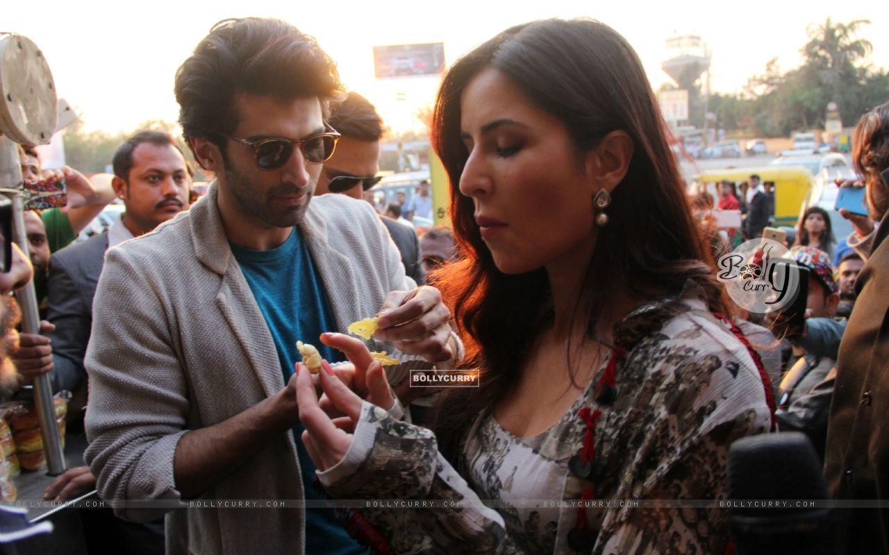 Aditya Roy Kapur and Katrina Kaif Bond over Jalebi in Janpath Market, Delhi (396321) size:1280x800
