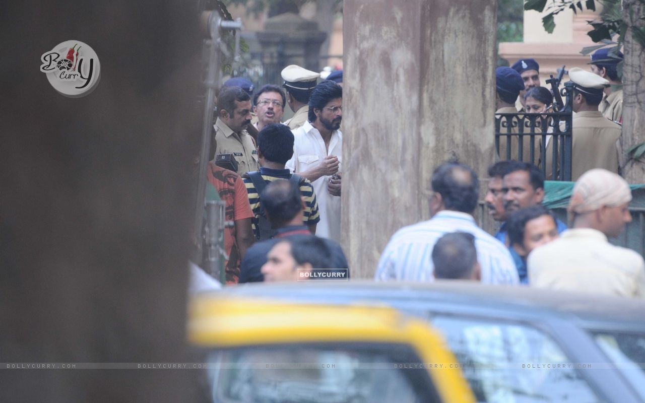 Shah Rukh Khan snapped shooting for Raees at Parsi Gymkhana at Dadar (398162) size:1280x800