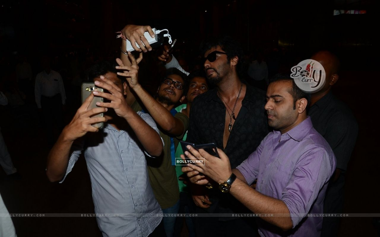 Arjun Kapoor clicks a selfie with Fans at Airport (400479) size:1280x800