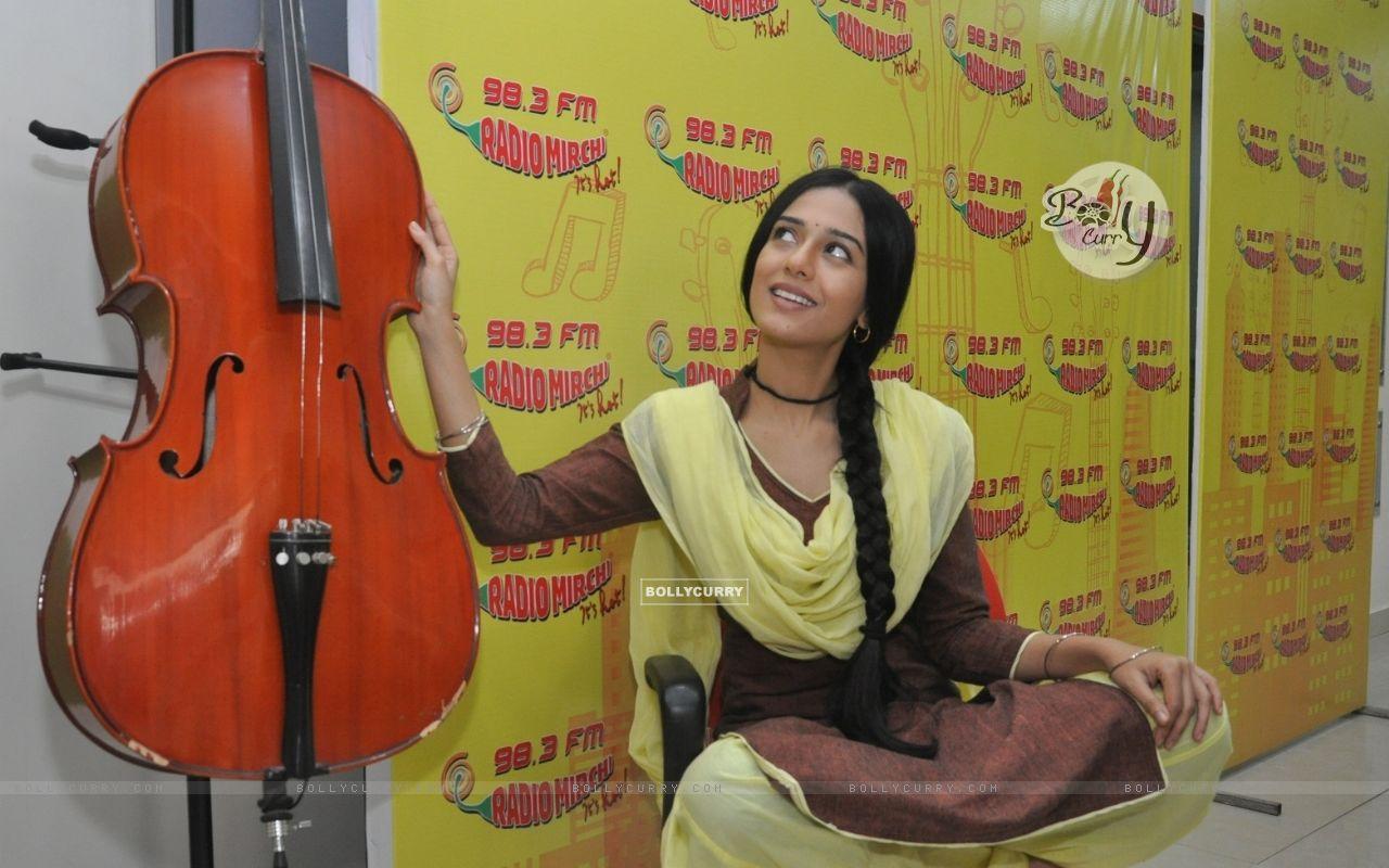 Amrita Rao Promotes Meri Awaz Hi Pehchaan Hai' on Radio Mirchi (401679) size:1280x800