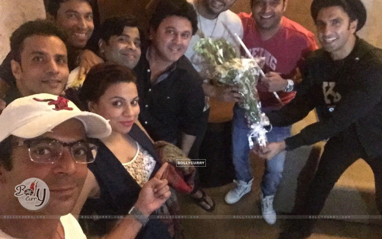 Kapil Sharma Team attends Special Screening of Ki And Ka (401927) size:1280x800