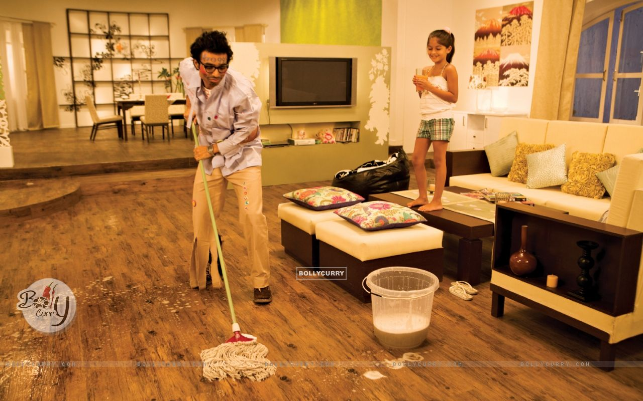 Uday Chopra cleaning the floor (40382) size:1280x800