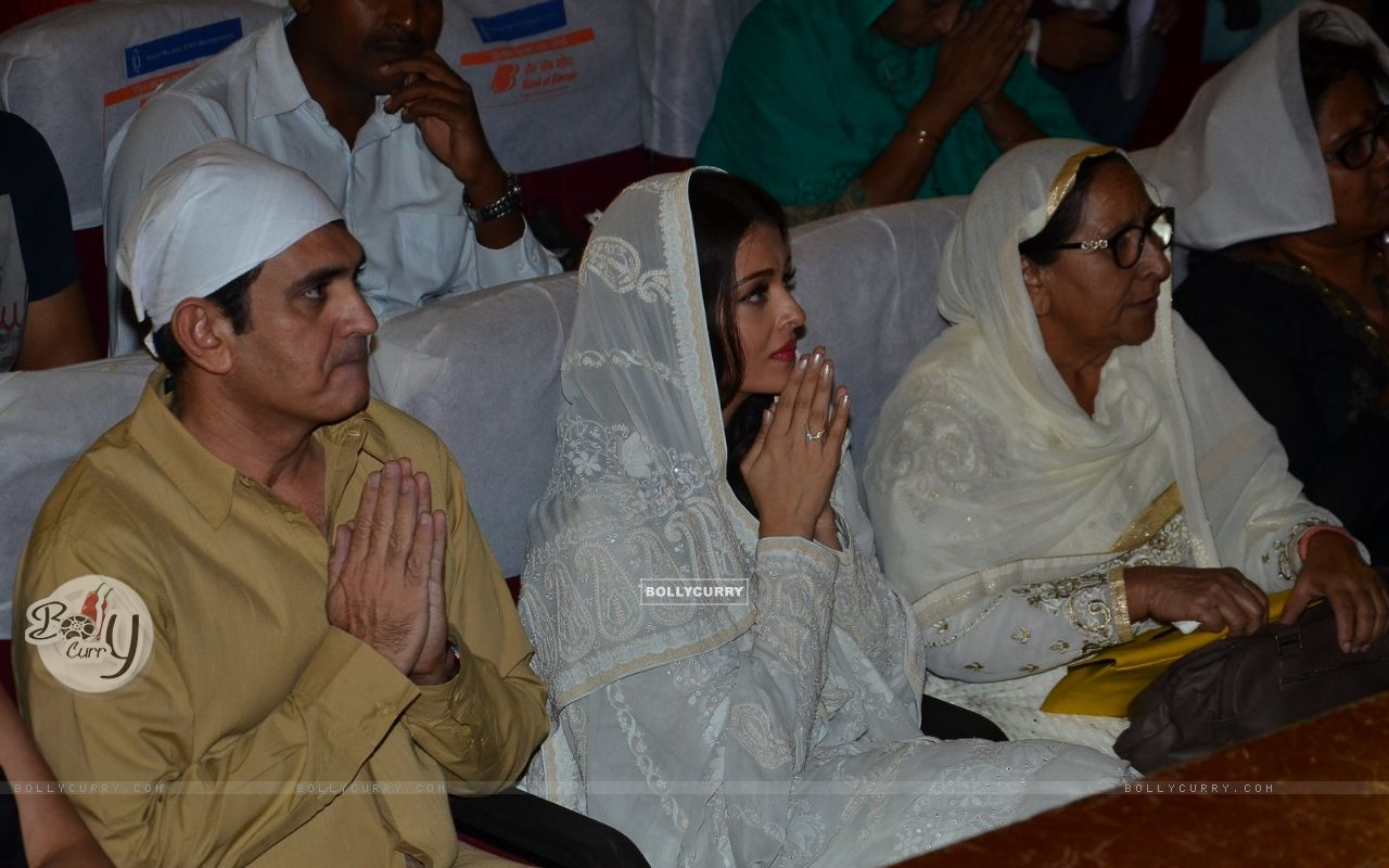 Omung Kumar and Aishwarya Rai Bachchan Pay Homage to Sarabjit (405179) size:1280x800