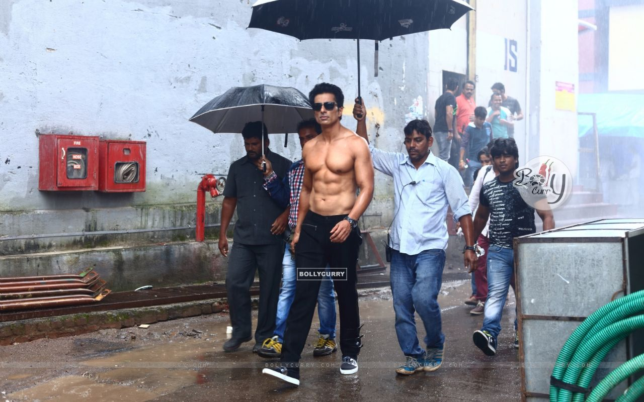 Sonu Sood goes shirtless for his home production 'Two In One' (416382) size:1280x800