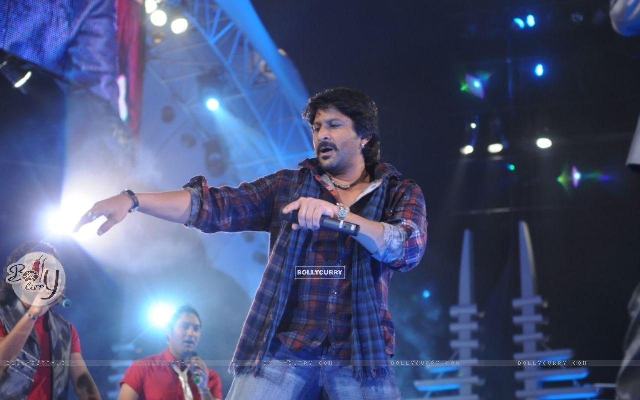 Arshad Warsi shaking his leg in show Music Ka Maha Muqqabla (42032) size:1280x800