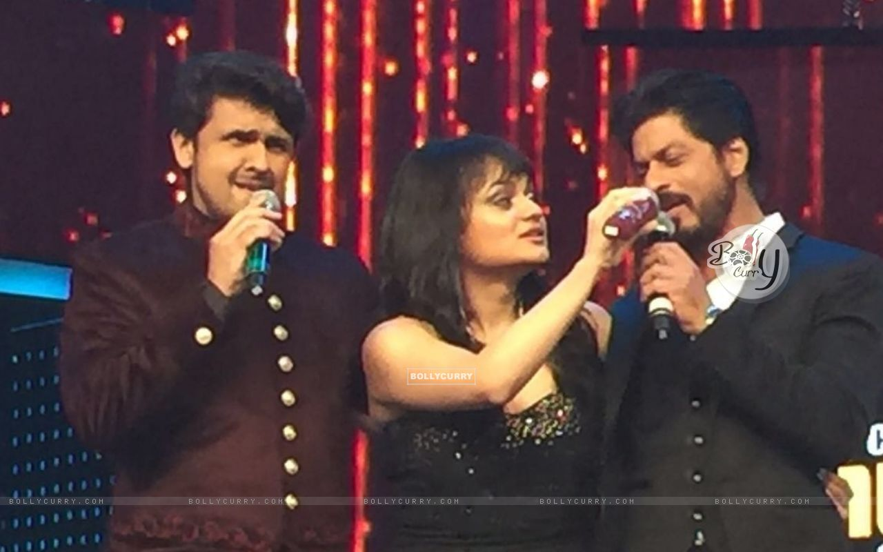 Aditi Singh Sharma with Sonu Niigam and Shah Rukh Khan (421275) size:1280x800