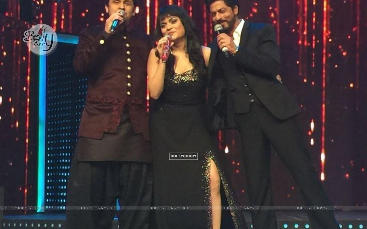 Aditi Singh Sharma with Sonu Niigam and Shah Rukh Khan (421277) size:1280x800