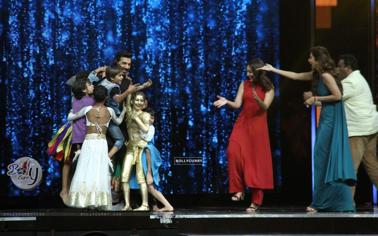 John Abraham with Sonakshi Sinha, Shilpa Shetty and Anurag Basu at Super Dancer (421452) size:1280x800