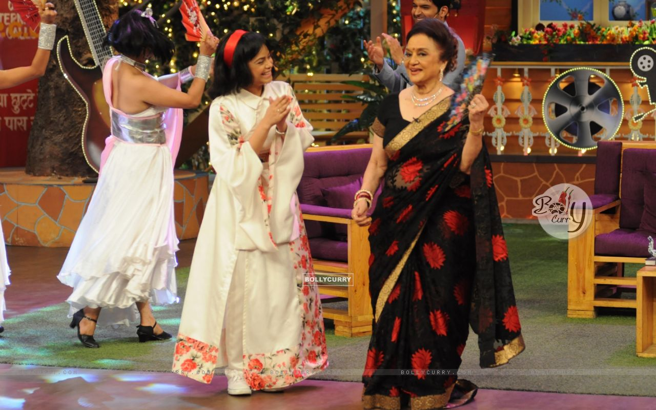 Fun moments with Asha Parekh and Helen on the sets of 'The Kapil Sharma Show' (428587) size:1280x800