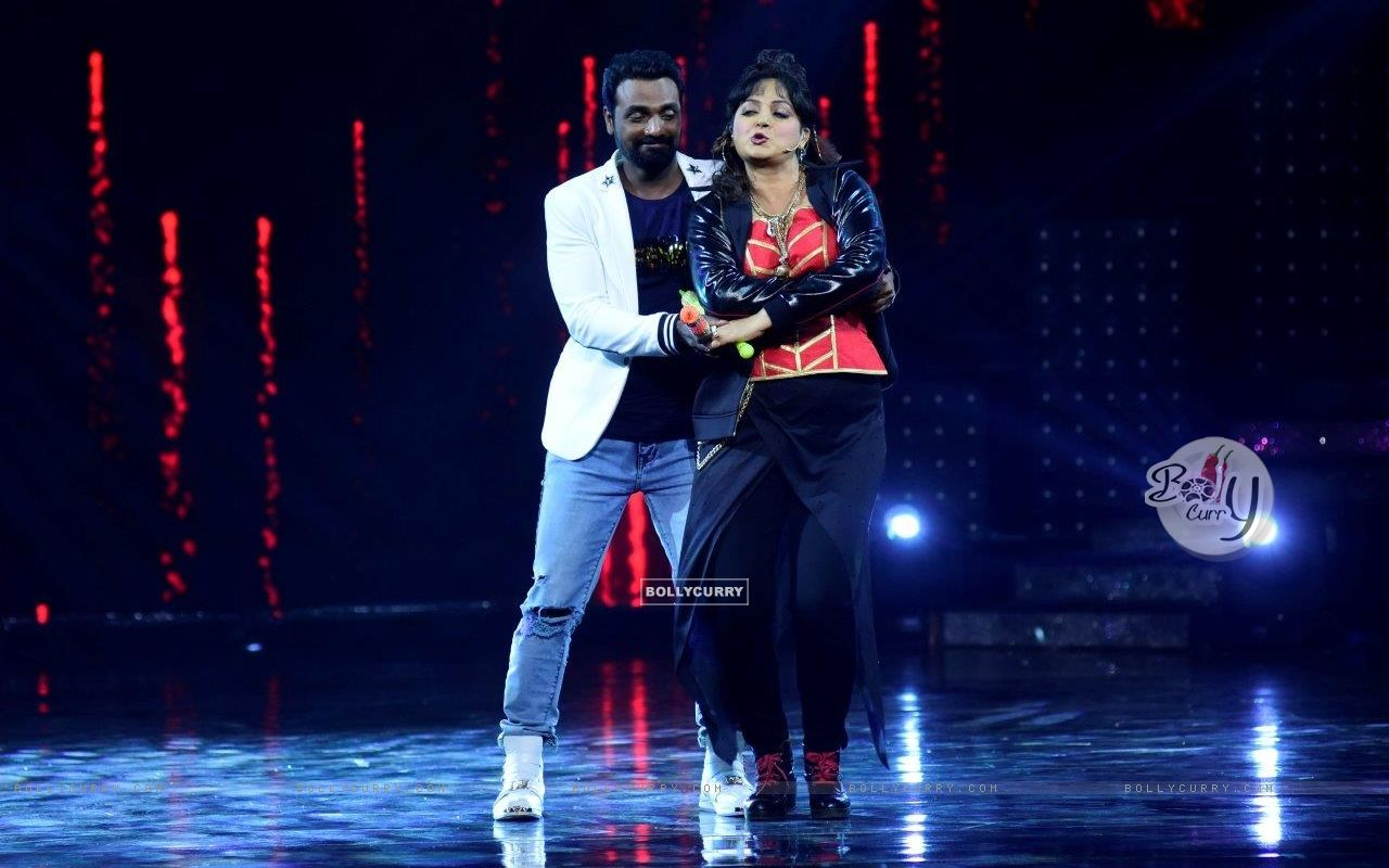 Remo D'souza shakes a leg with Upasana Singh on the sets of Nach Baliye 8 (429136) size:1280x800