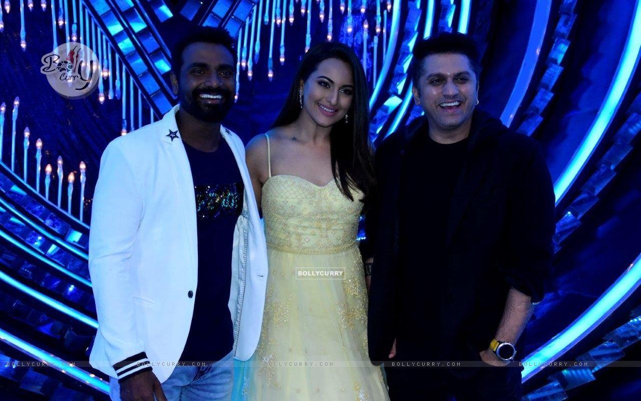 Remo D'souza, Sonakshi Sinha & Mohit Suri on the sets of Nach Baliye Season 8 (429137) size:1280x800