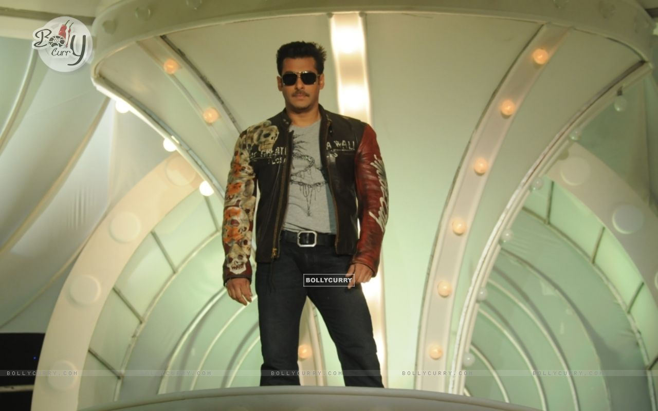 Salaman Khan as a host in Bigg Boss 4 (93028) size:1280x800
