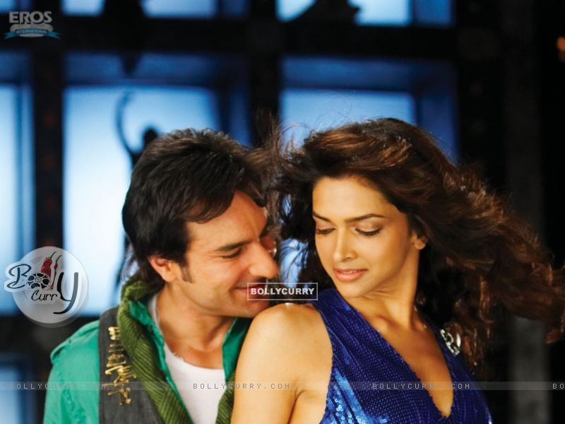 Saif Ali Khan and Deepika in a dancing pose (11016) size:800x600