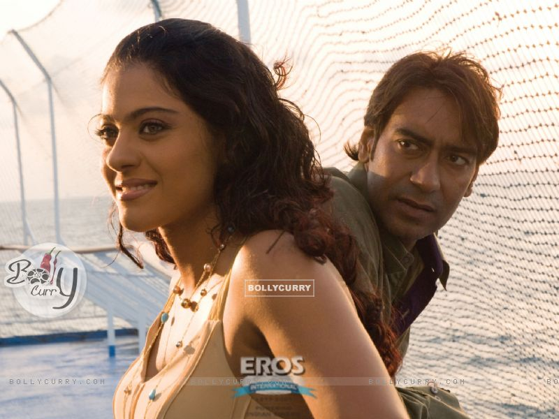 Ajay Devgan talking to Kajol (12300) size:800x600