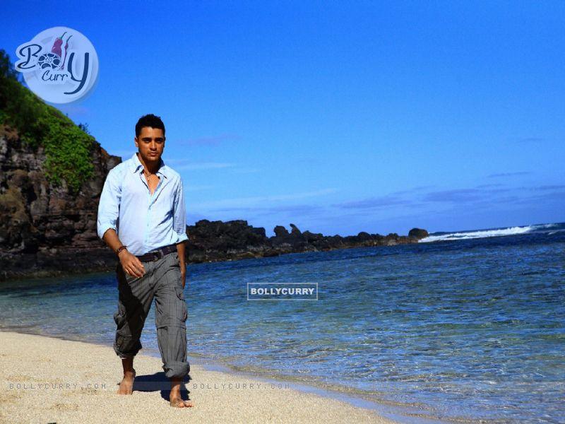 Imraan Khan walking on the beach (15623) size:800x600