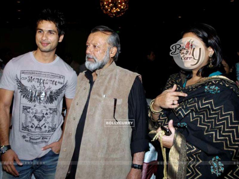 Shahid Kapoor with his father and mother (161392) size:800x600