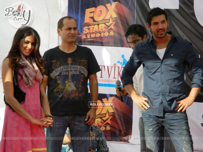 Vipul A Shah with John Abraham and Genelia Dsouza promoting their movie 'Force' at Mahagun Mall Vais (161543) size:800x600