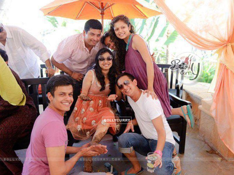 Drashti Dhami with her friend wedding (170203) size:800x600