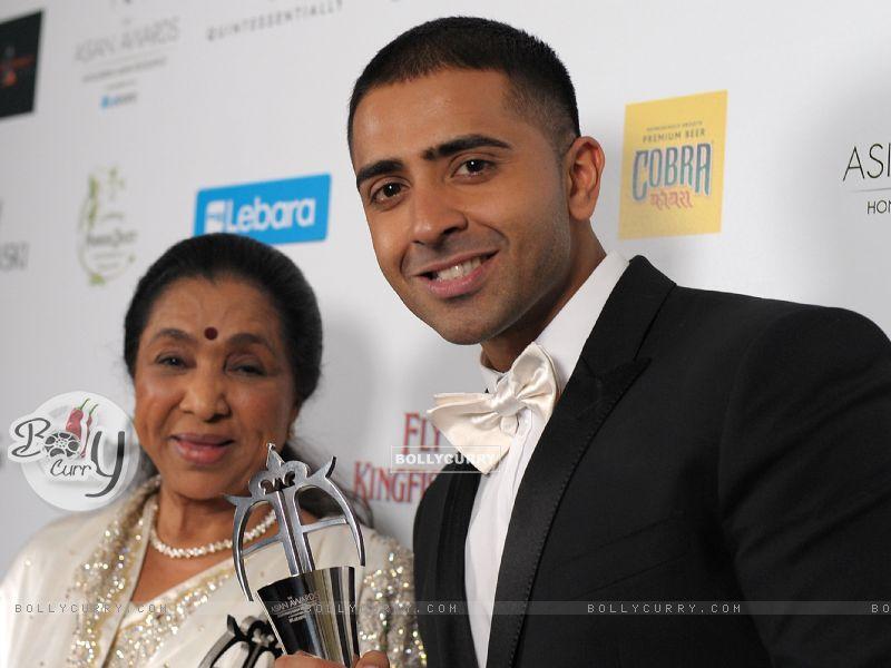 Jay Sean with Asha Bhosle at the asian award 2011 (177298) size:800x600