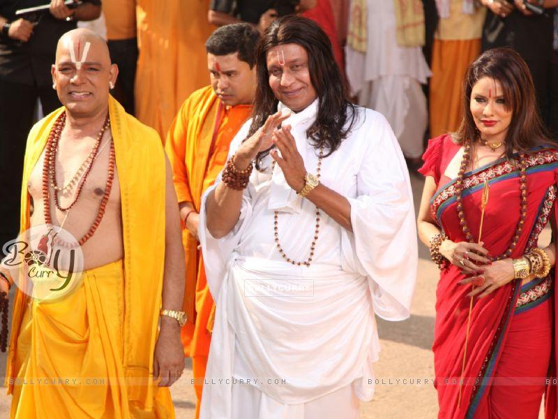 Mithun Chakraborty, Poonam Jhavar & Govind Namdeo playing the stereotypical godmen in OMG! Oh My God (223275) size:800x600