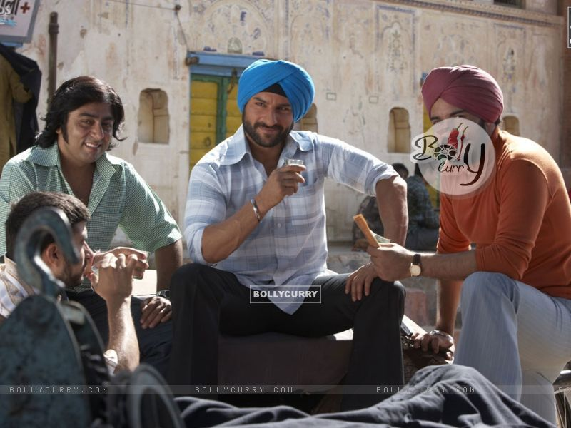 Saif Ali Khan sitting with his friend (31327) size:800x600