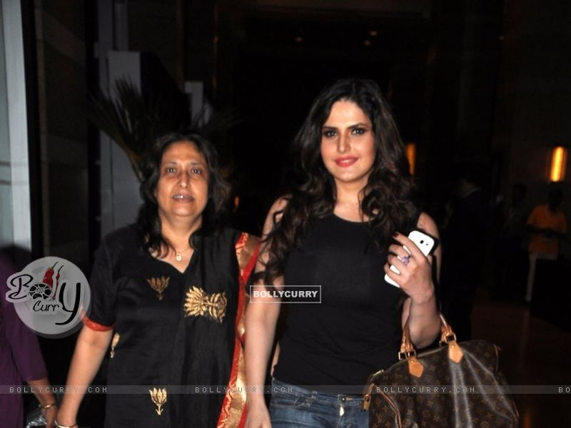 Zarine Khan with her mother (327236) size:800x600