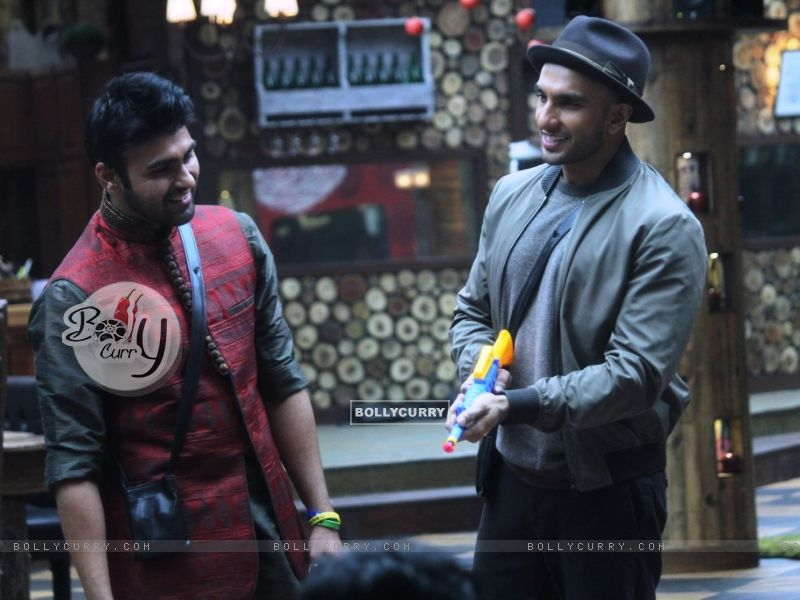 Ranveer Singh interacts with Arya Babbar in Bigg Boss 8 house (342933) size:800x600