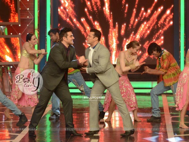 Salman Khan and Arbaaz Khan shake a leg in Bigg Boss 8 (348467) size:800x600