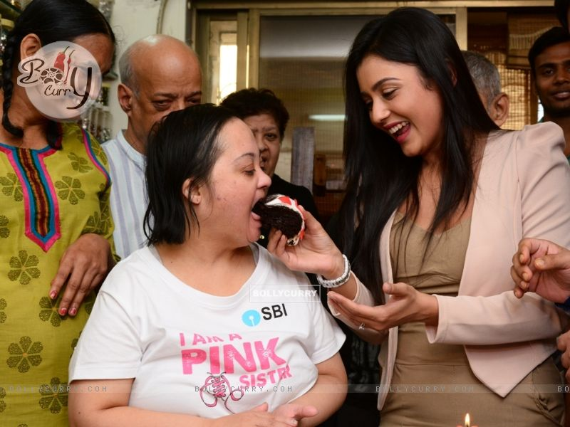 Mishti Chakraborty Celebrates her Birthday And Christmas with Mentally Challenged Adults (349216) size:800x600