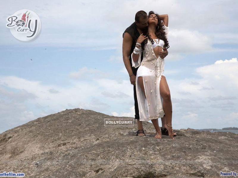 Sanjay Dutt and Lara Dutta romantic scene (37801) size:800x600