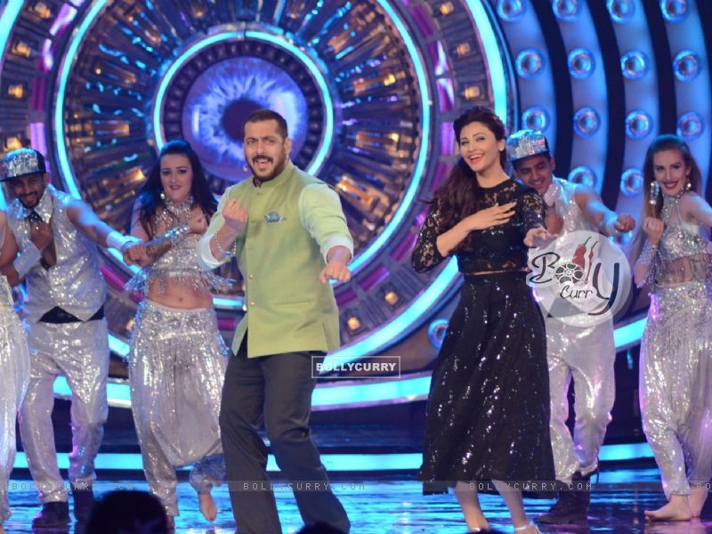 Daisy Shah Shakes a Leg With Salman During Promotions of Hate Story 3 on Bigg Boss 9 Nau (384607) size:800x600