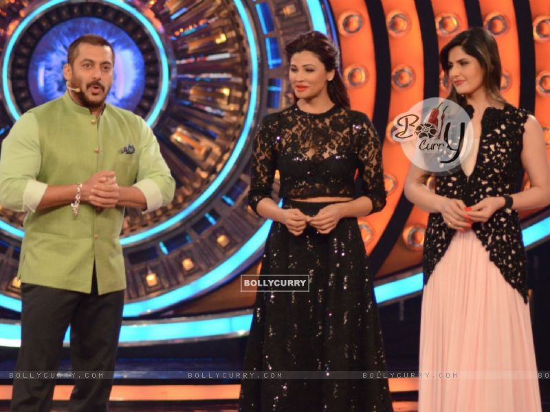 Zarine Khan and Daisy Shah on Bigg Boss 9 Nau for Promotions of Hate Story 3 (384609) size:800x600