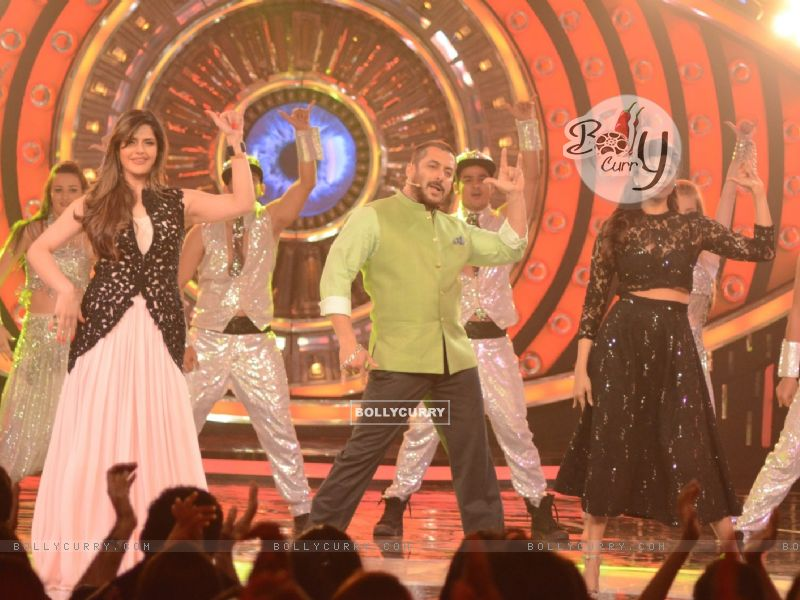 Daisy Shah and Zarine Shakes a Leg With Salman During Promotions of Hate Story 3 on Bigg Boss 9 Nau (384610) size:800x600